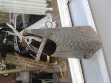 Kohleschütte mit Schürhacken und Brikettzange
